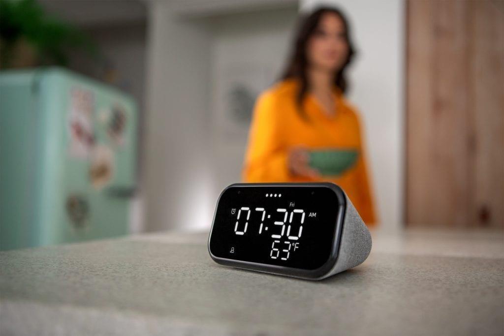 Lenovo-Smart-Clock-Essential_Lifestyle-shot-Lenovo facilita el aprendizaje y entretenimiento en el hogar