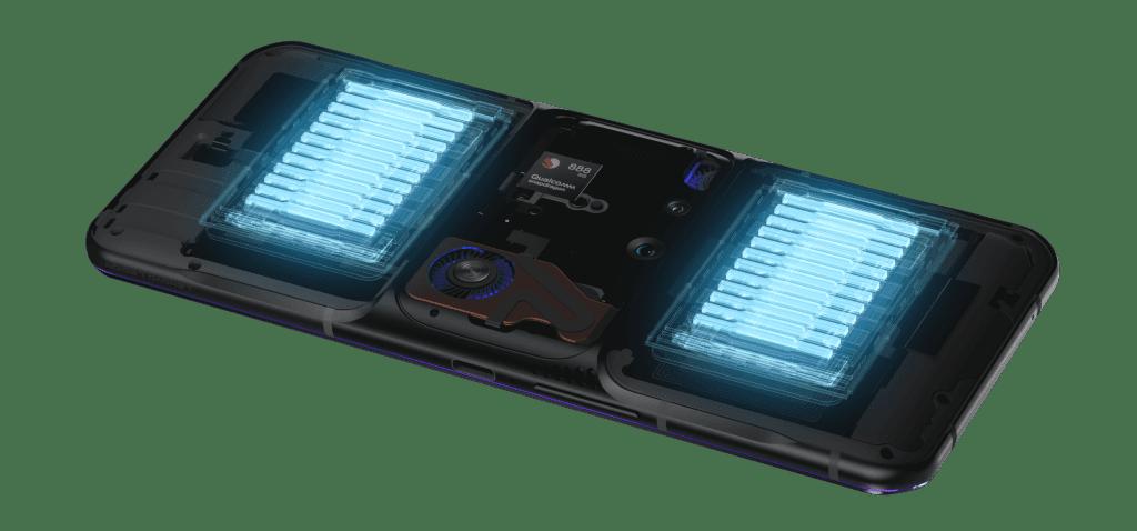聯想Legion Phone Duel 2的電池裸露-雙電池組合提供5500mAh的總電量,可延長游戲時間。