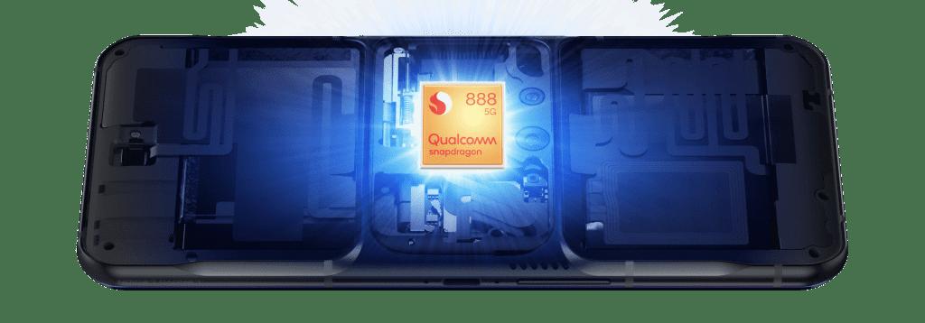 聯想Legion Phone Duel 2背面半開,以顯示內部的Qualcomm芯片。